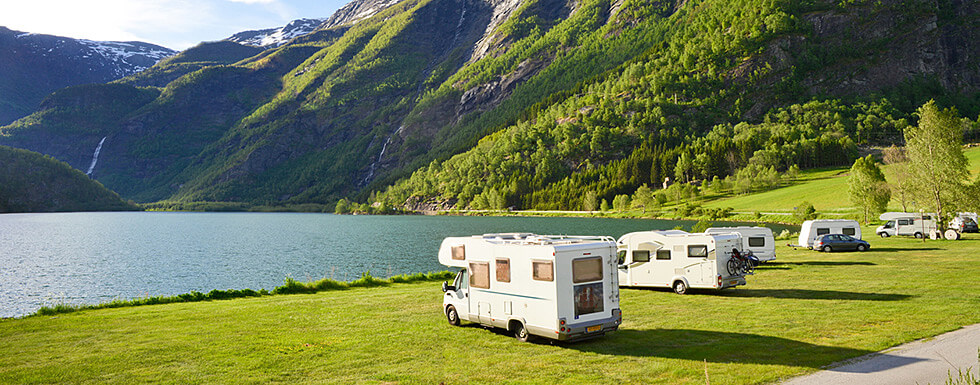 Wohnmobile am Fjord